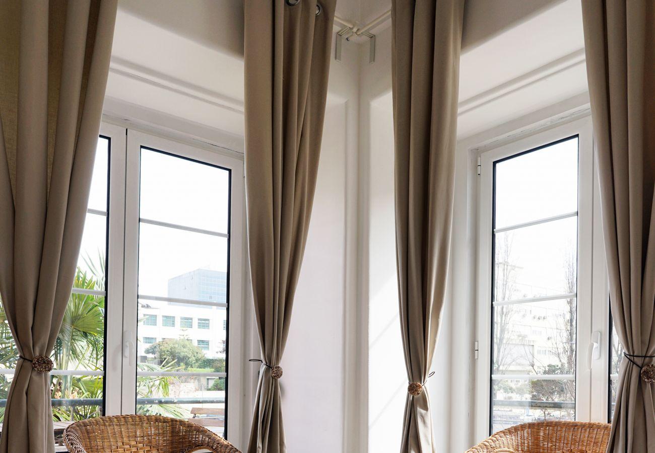 Apartamento com lindas janelas sobre a cidade