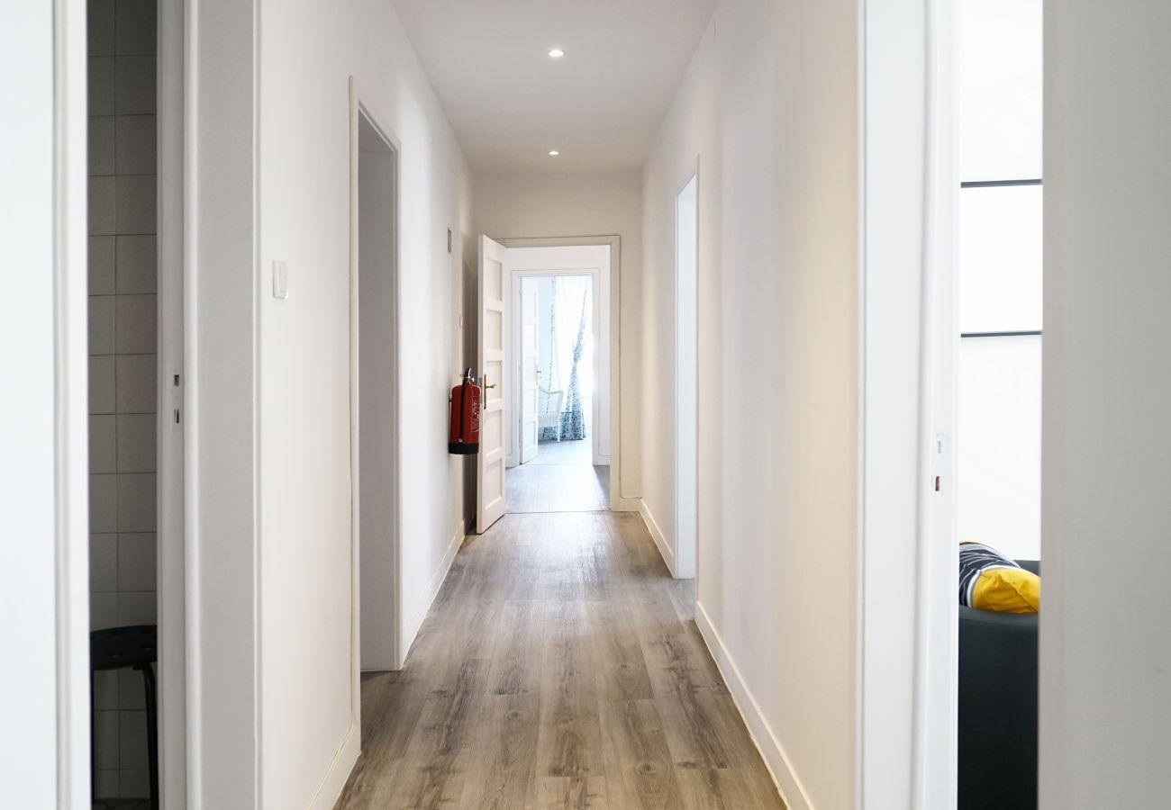 Moderno apartamento com 7 quartos, todos com TV, secretária e AC