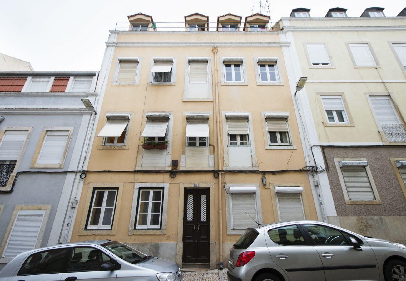 Edifício em Alcantara com fachada típica de Lisboa