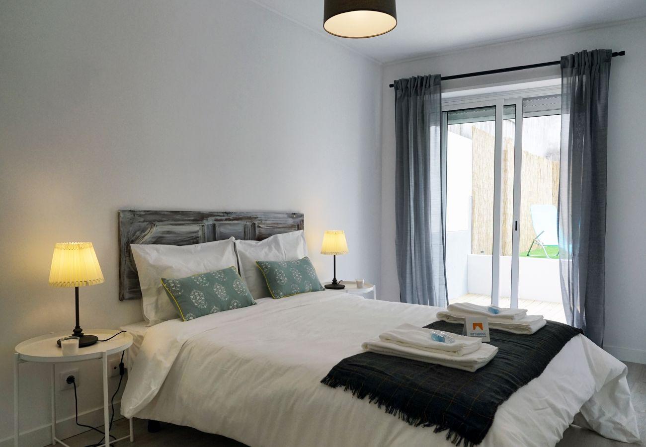 Espaçoso e simpático quarto com cama de casal