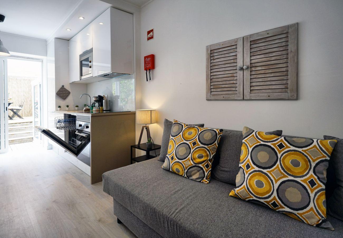 Moderno sofá na zona de estar do apartamento