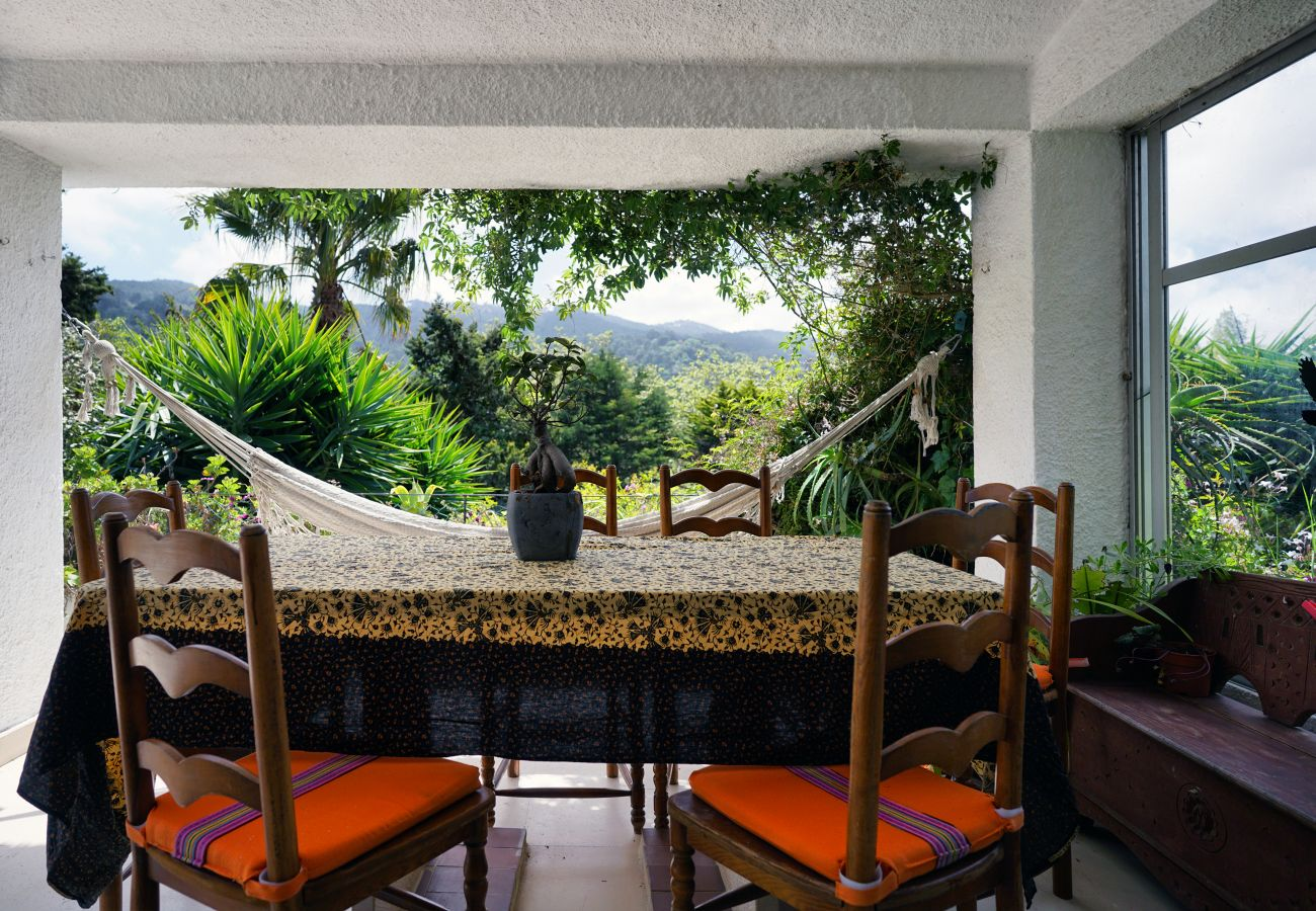 Mesa de refeições com linda vista para a serra de Sintra | Alojamento Local