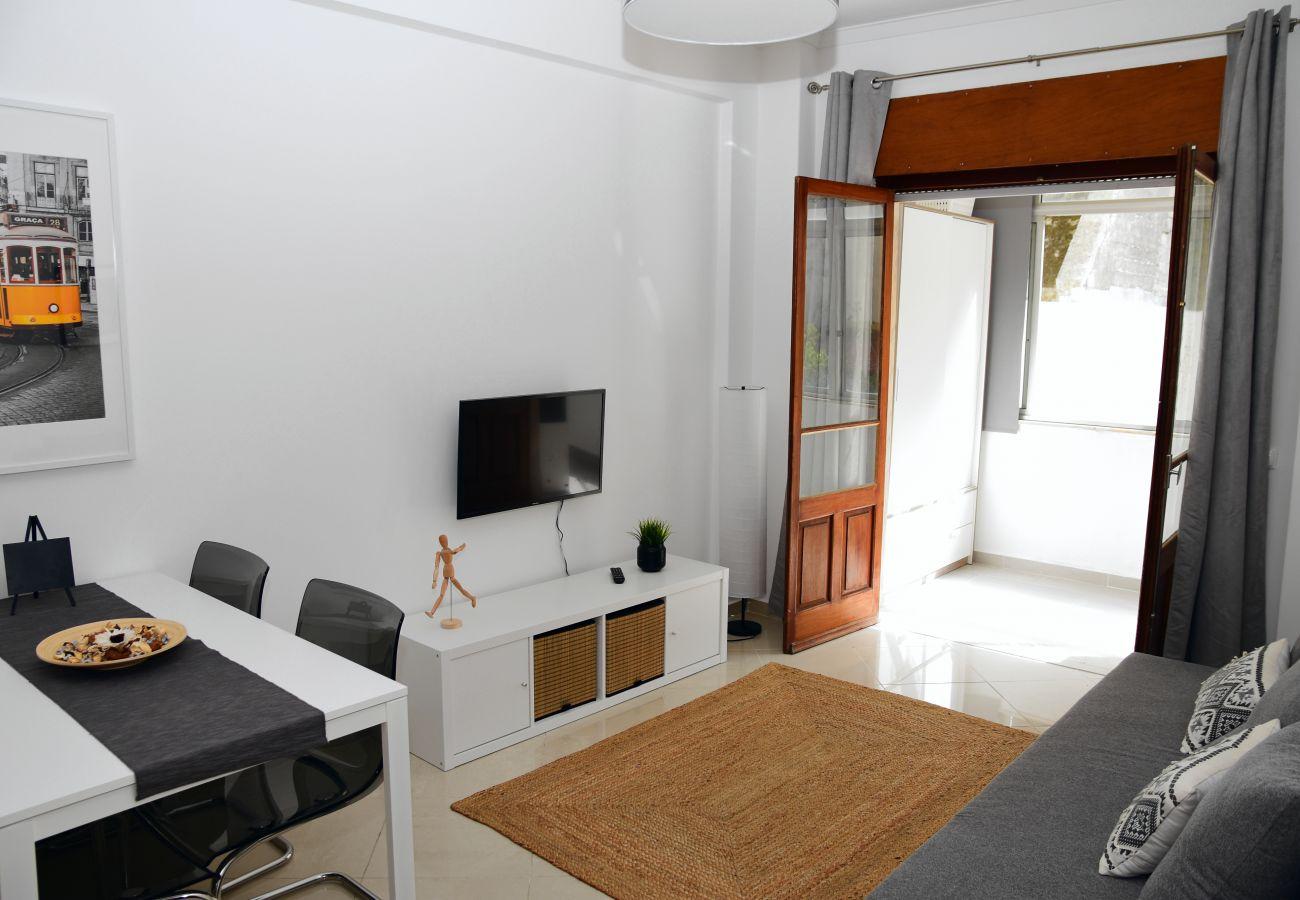 Sala de estar com zona de refeições em Belém-Junqueira by GT House