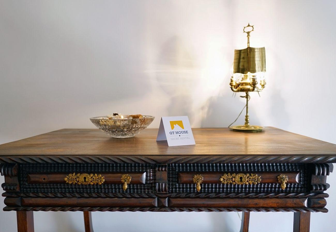 Pormenor clássico no apartamento do Estoril by GT House