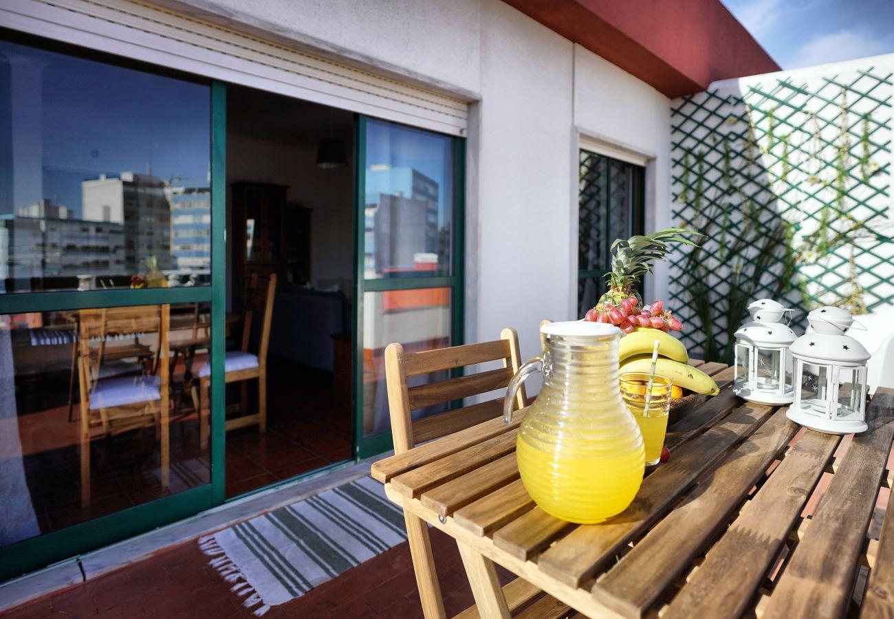Mesa na varanda para tomar uma bebida no fim do dia