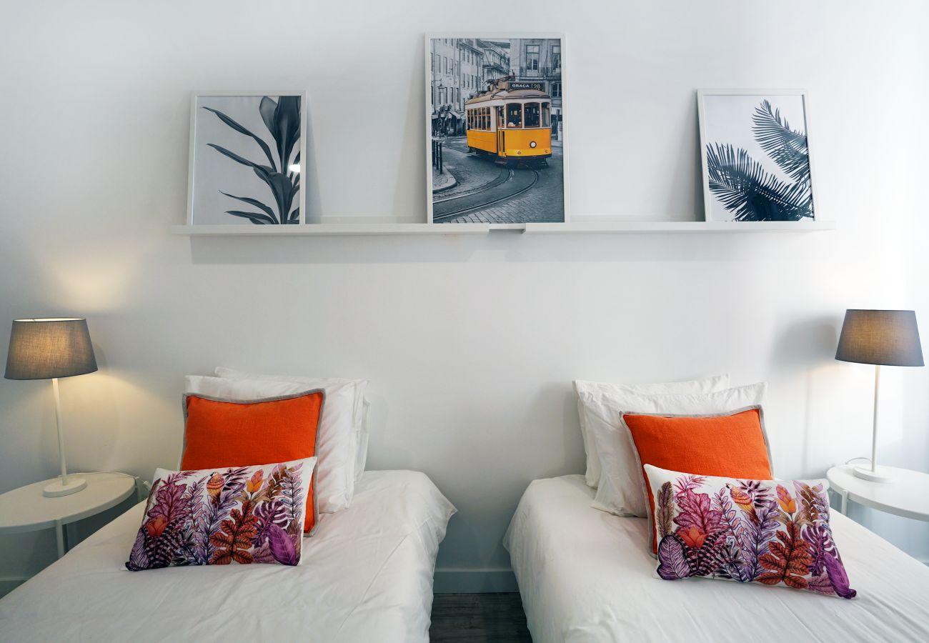 Confortável e luminoso quarto com camas individuais