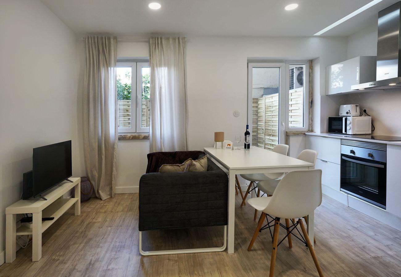 Agradável sala de estar com tudo o que precisa para cozinhar e tomar as refeições