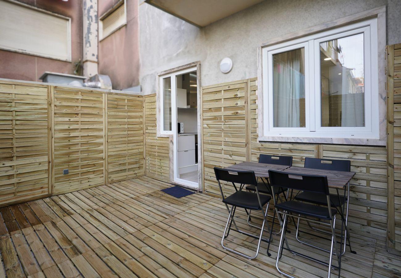 Cadeiras e mesa para tomar as suas refeições no terraço