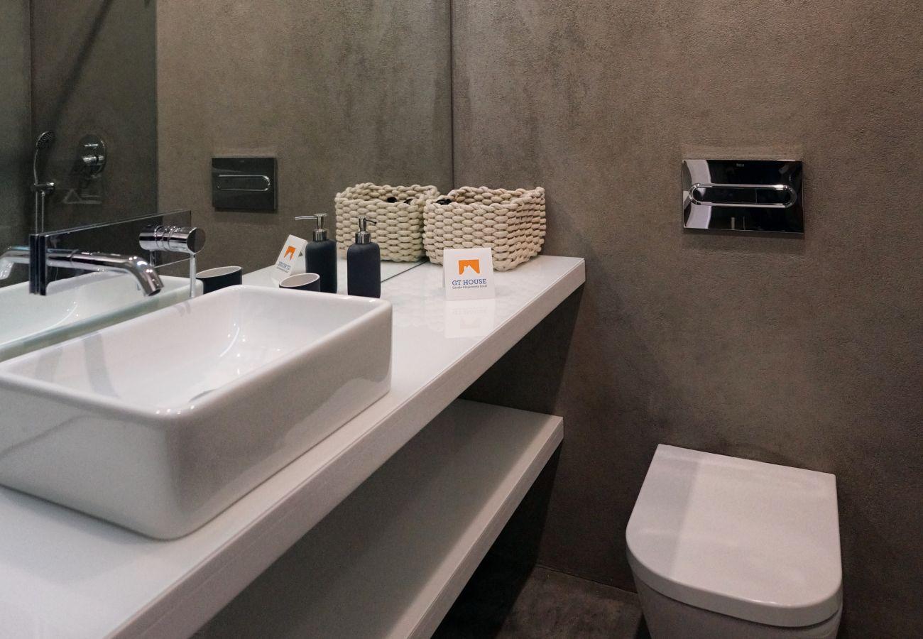 Confortável e moderna casa de banho