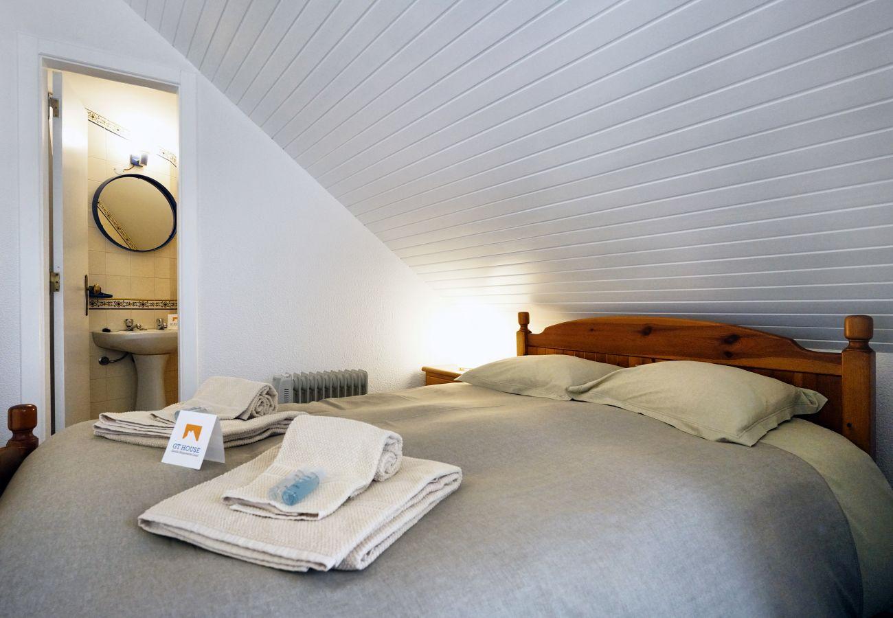 Apartamento em Sesimbra com quarto principal com cama de casal