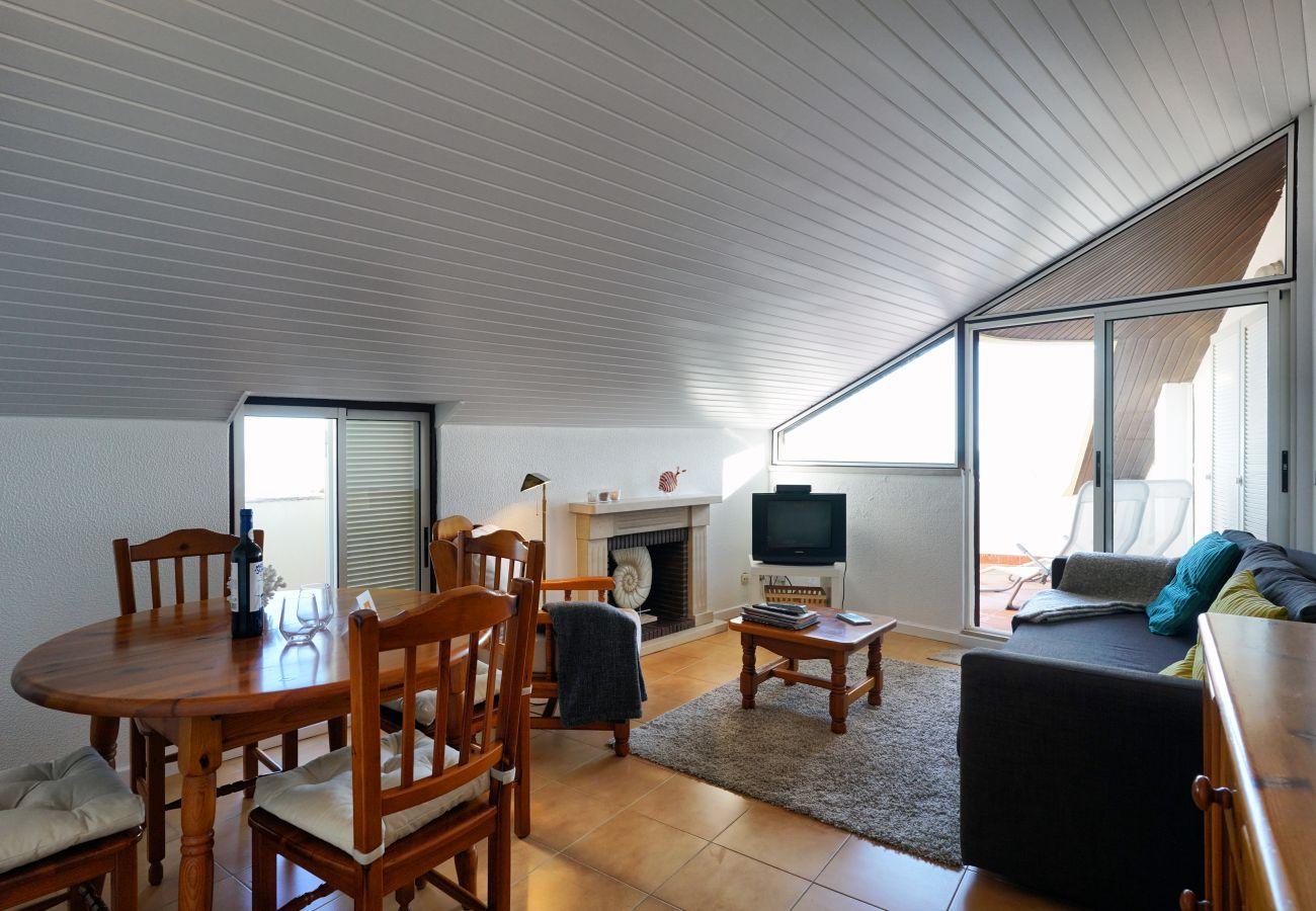 Apartamento para alugar em Sesimbra com mesa de refeições