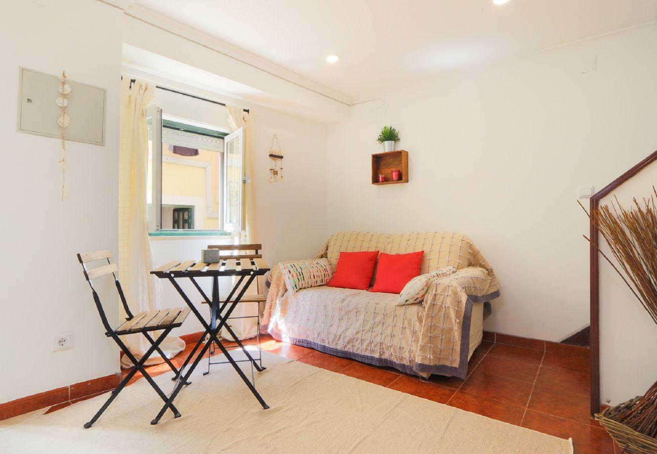 Freundliches Wohnzimmer in der Wohnung in der typischen Gegend