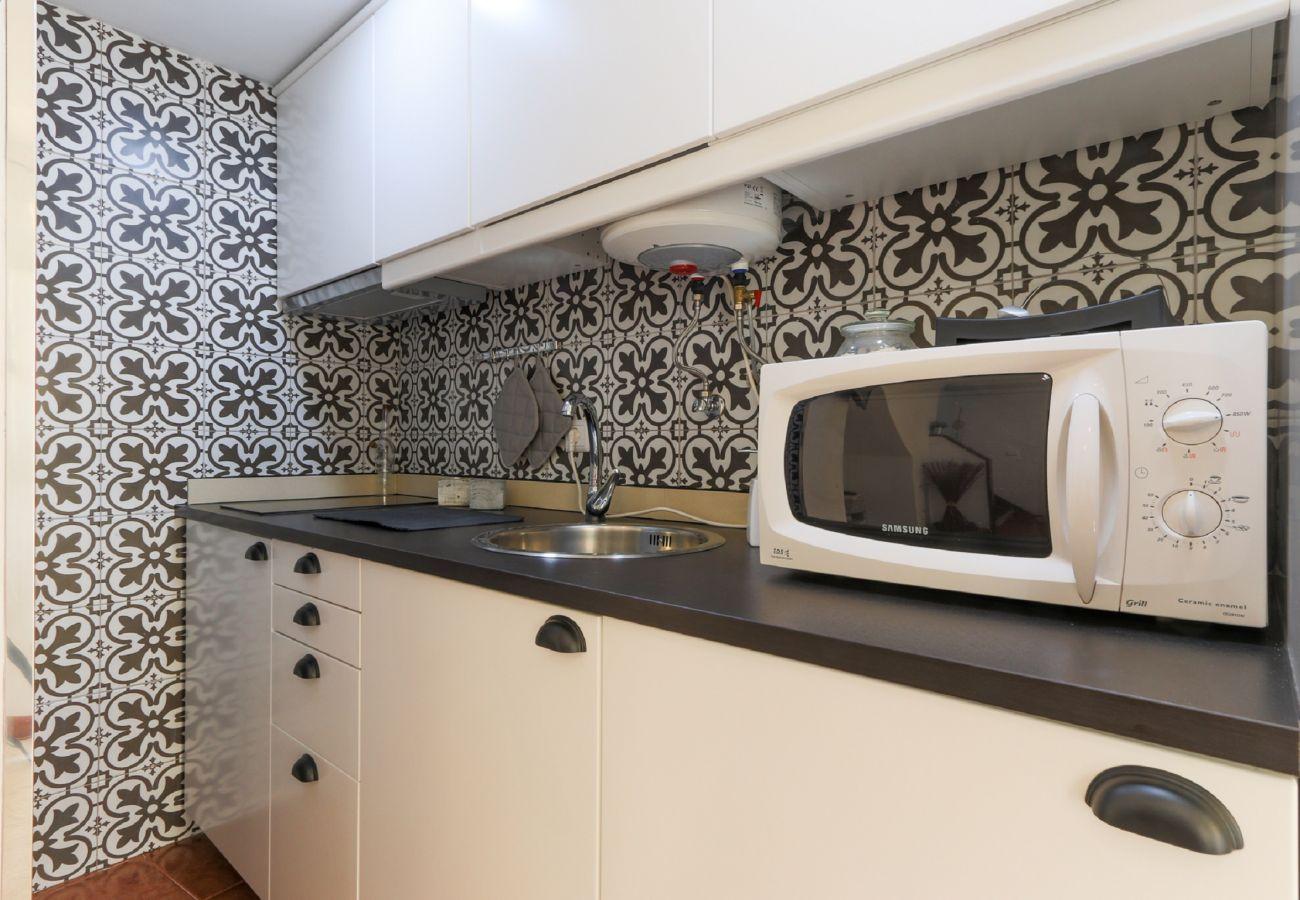 Voll ausgestattete Küchenzeile, um Mahlzeiten zuzubereiten, ohne zu gehen
