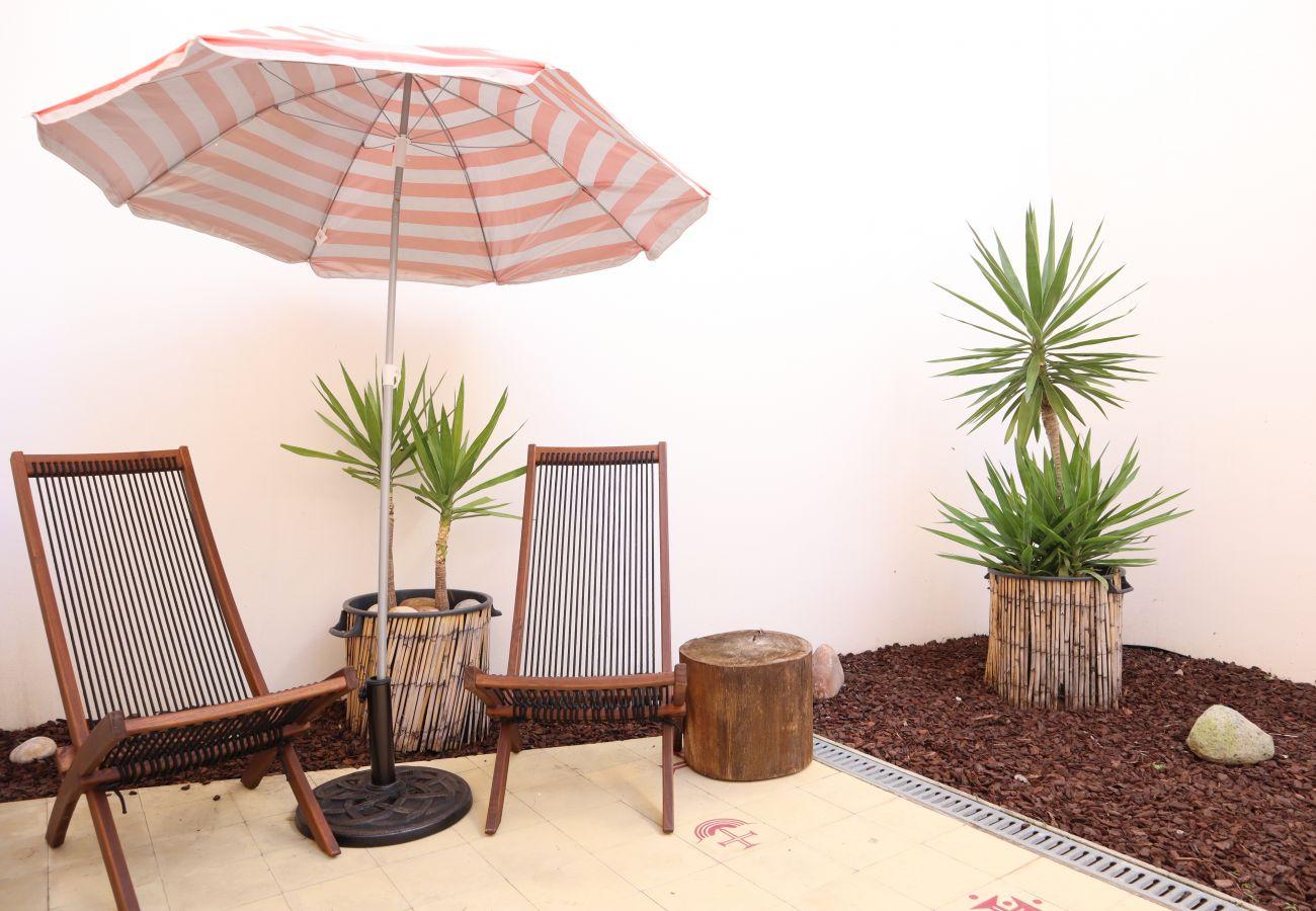 Angenehme Terrasse mit Gartenmöbeln in der Altstadt
