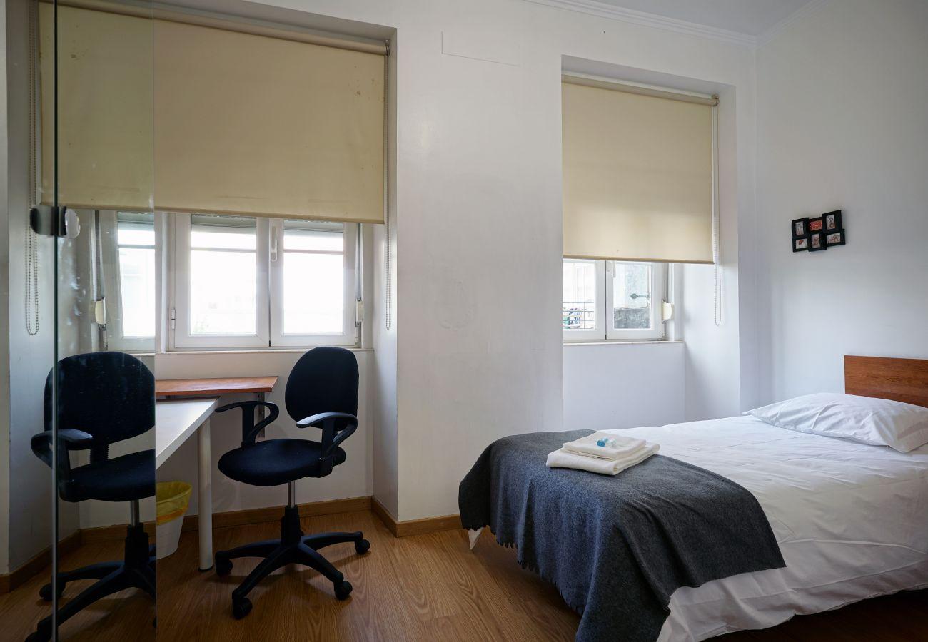 Zimmer mit 2 Betten und Schreibtischen