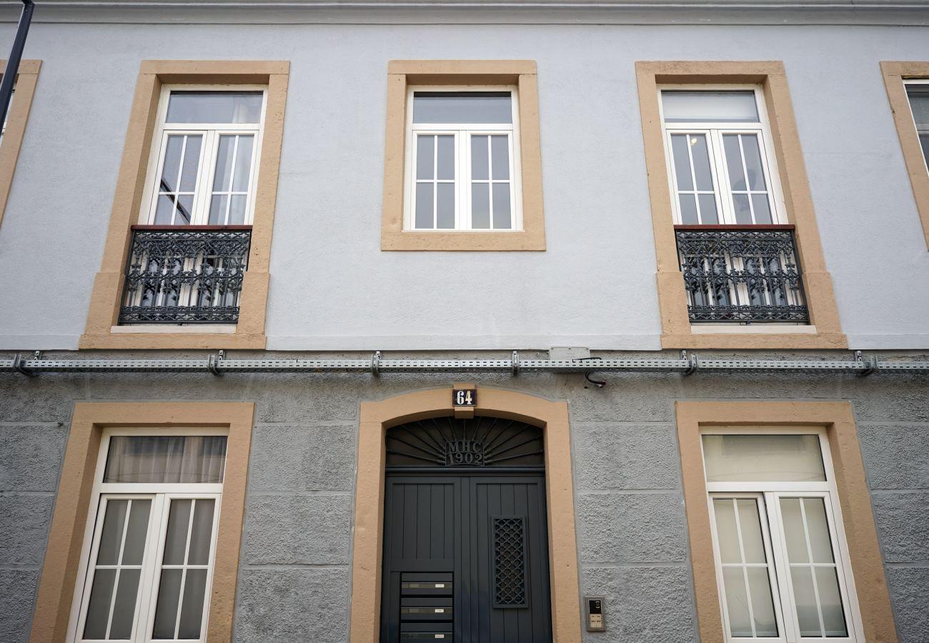 Gebäude in Expo mit klassischer Fassade   GT House