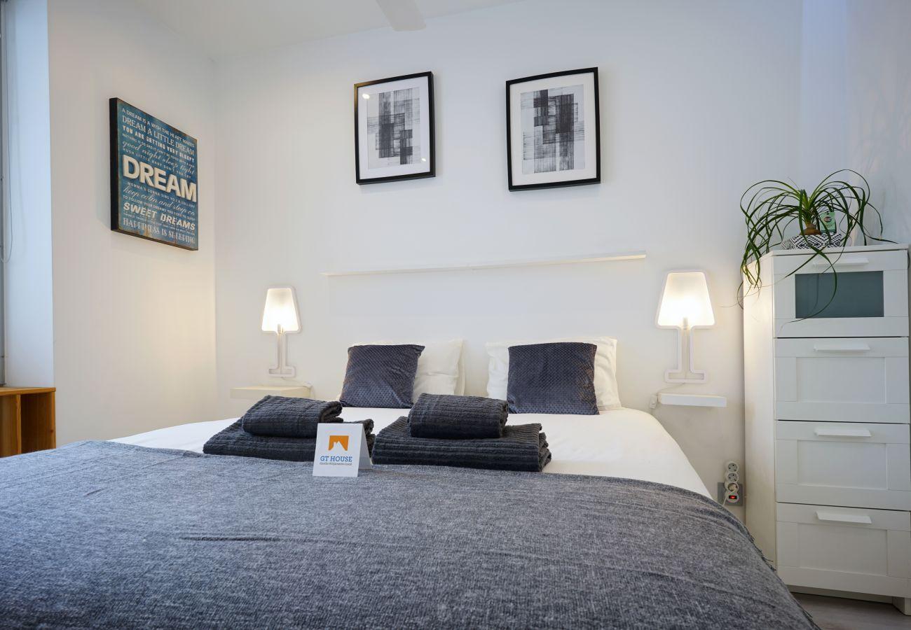 Master bedroom at Parque das Nações by GT House