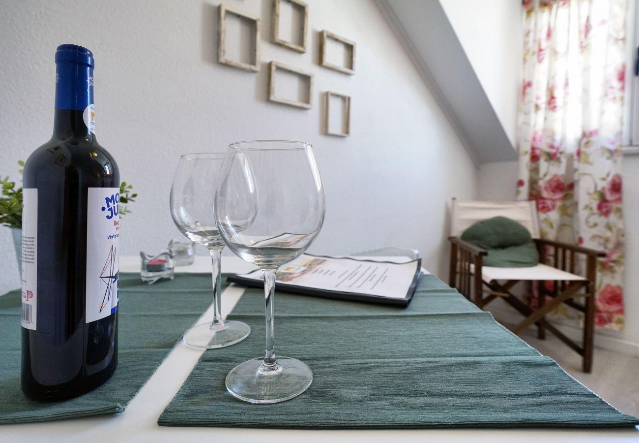 Mesa de comedor insertada en la sala de estar