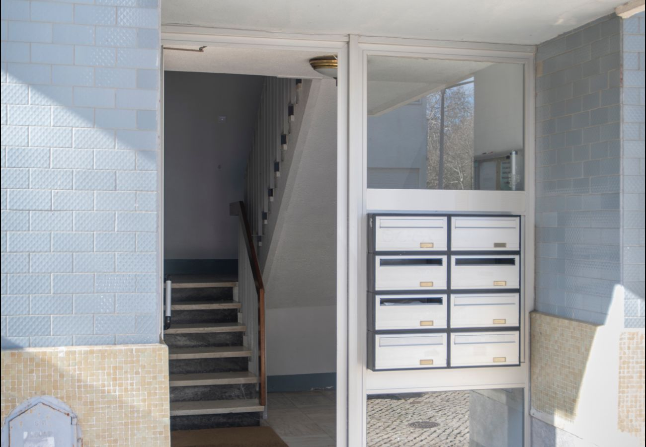 Puerta exterior del piso en alquiler en Estoril