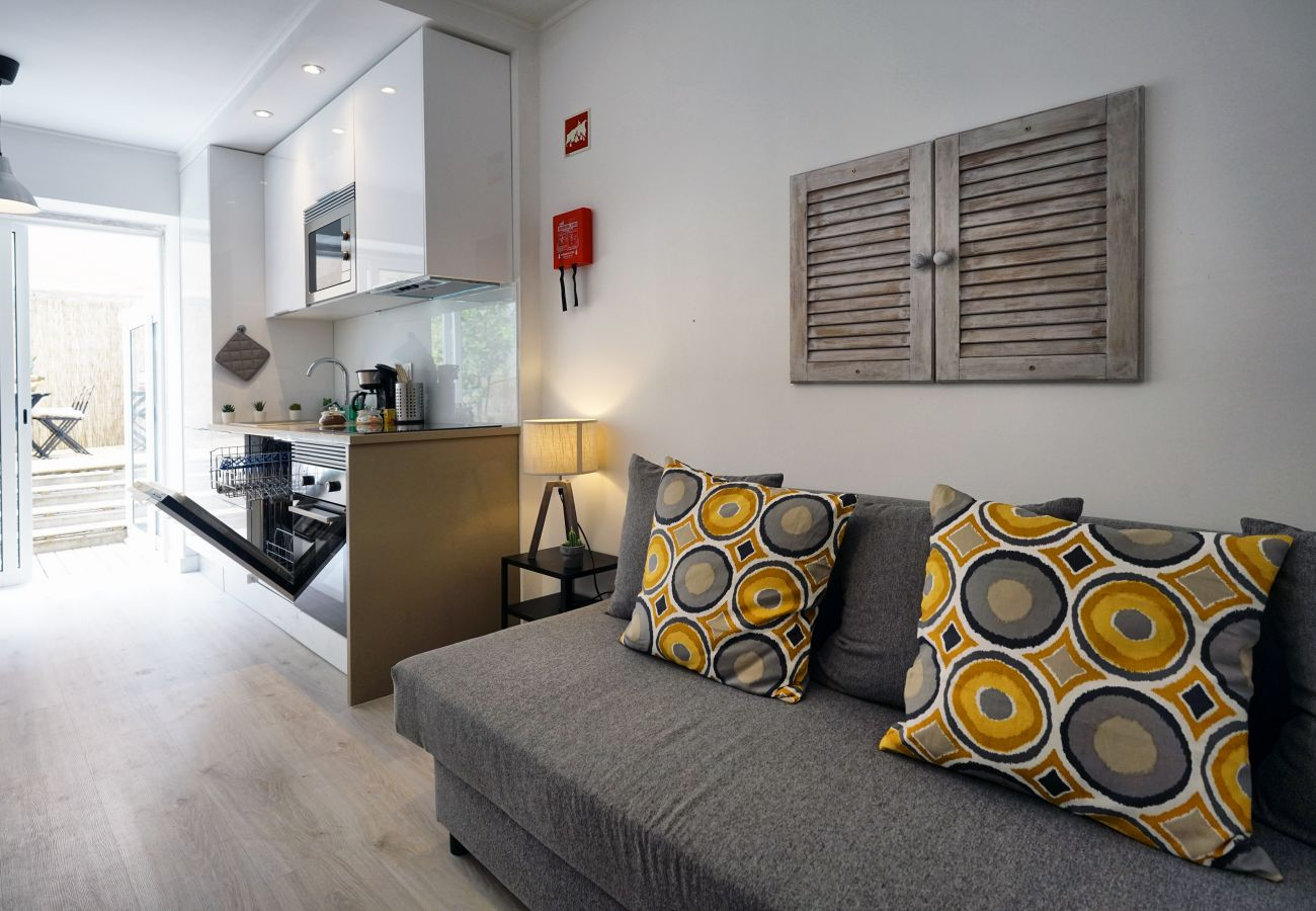 Canapé moderne dans le salon de l'appartement