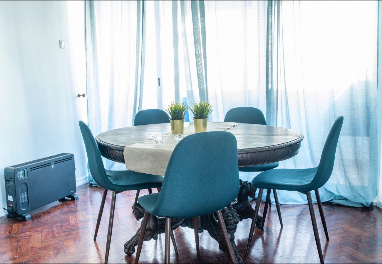 Coin repas confortable dans l'appartement à Estoril