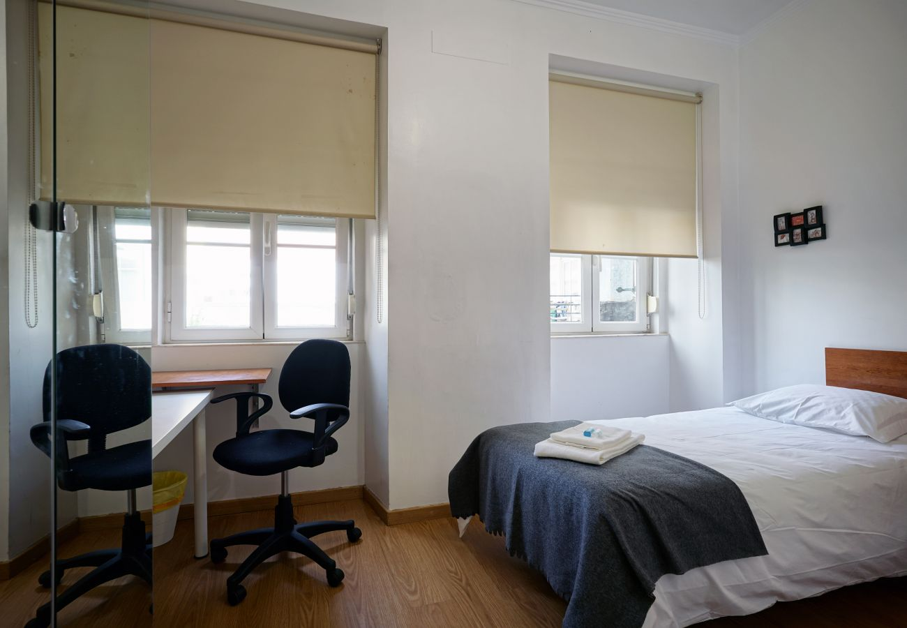 Chambre avec 2 lits et bureaux