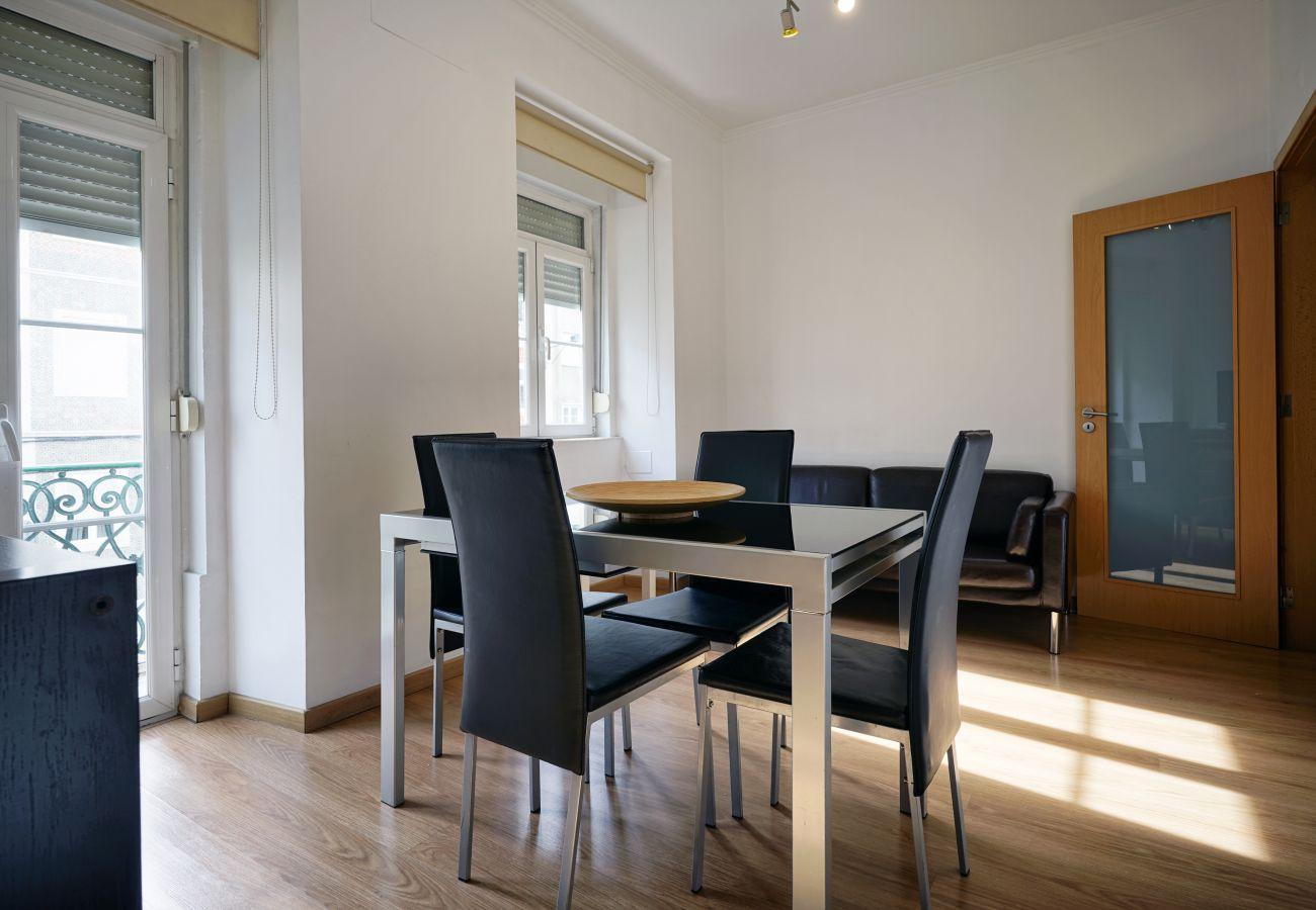 u centre de Lisbonne, 3 chambres, capacité pour 6 personnes, 90m2 entièrement équipé et récemment rénové